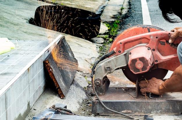 De arbeiders snijden staal. met stalen snijgereedschappen.