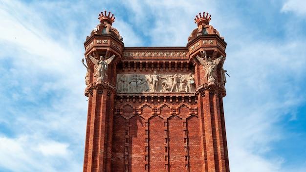 De arc de triomf in het parc de la ciutadella, barcelona, spanje