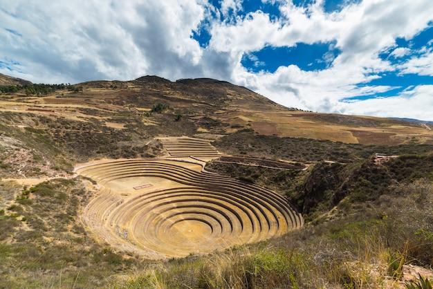 De archeologische vindplaats in moray, reisbestemming in cusco en de heilige vallei, peru. majestueuze concentrische terrassen, verondersteld inca's laboratorium voor de landbouw van levensmiddelen.