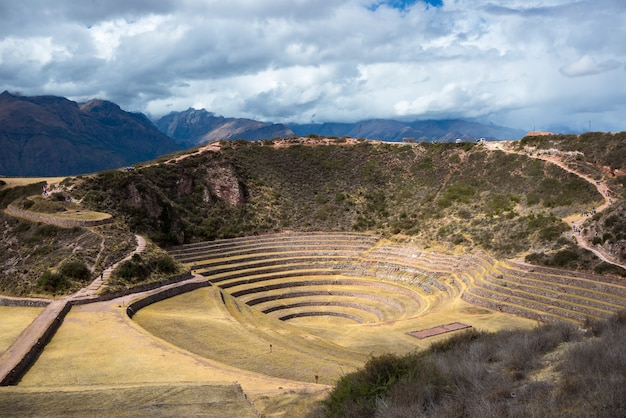 De archeologische vindplaats in moray, reisbestemming in cusco en de heilige vallei, peru. majestueuze concentrische terrassen, verondersteld inca's laboratorium voor de landbouw van levensmiddelen.