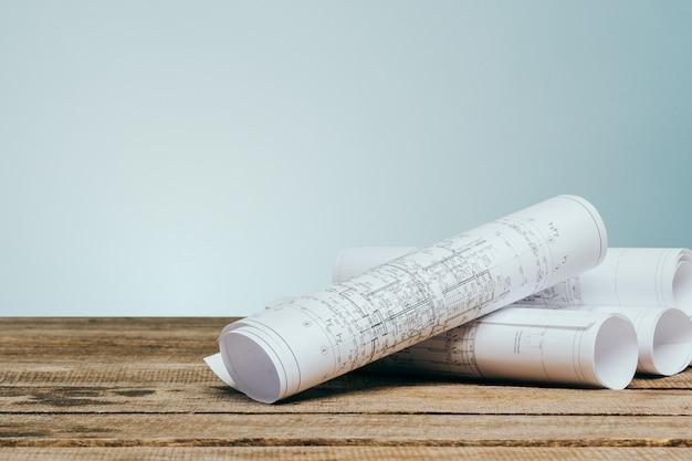 De architecturale blauwdrukken op een lijst sluiten omhoog