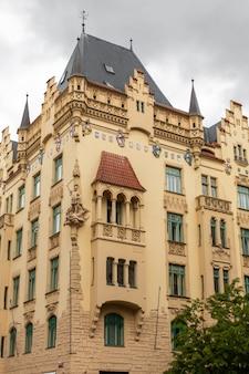 De architectuur van de oude stad praag. oude gebouwen, gezellige straten
