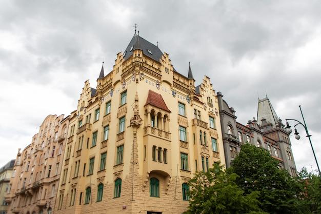De architectuur van de oude stad praag. oude gebouwen, gezellige straten.