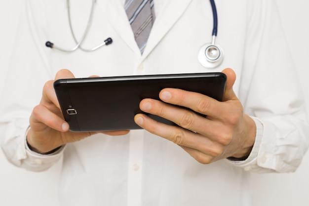 De arts gebruikt de tablet voor online consulten. medische videoconferentie.