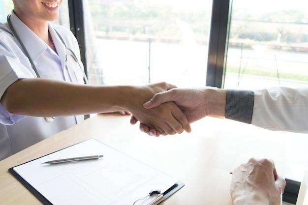 De arts heeft een afspraak gemaakt met patiënten met hoge bloeddruk om de gezondheid te behouden