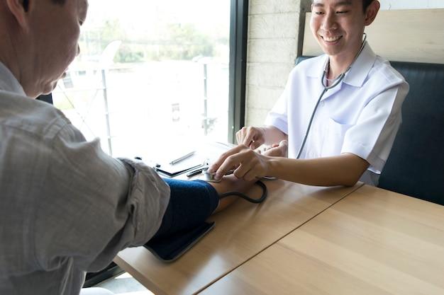 De arts heeft een hoge druk test van de patiënt uitgevoerd.