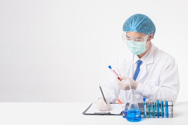 De arts houdt besmet covid-19 bloedonderzoek op witte achtergrond