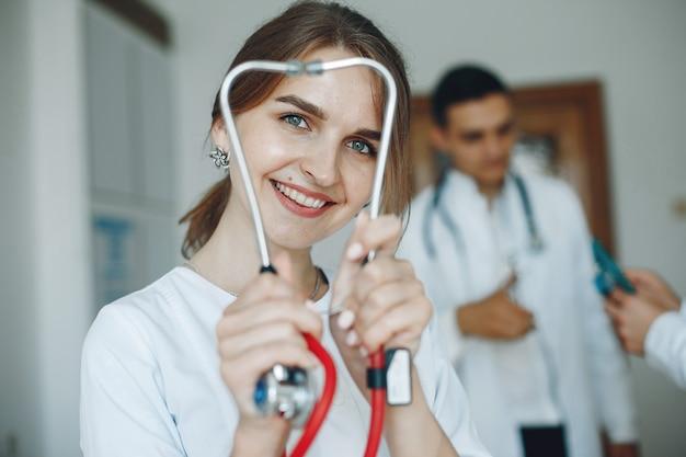 De arts houdt een stethoscoop vast