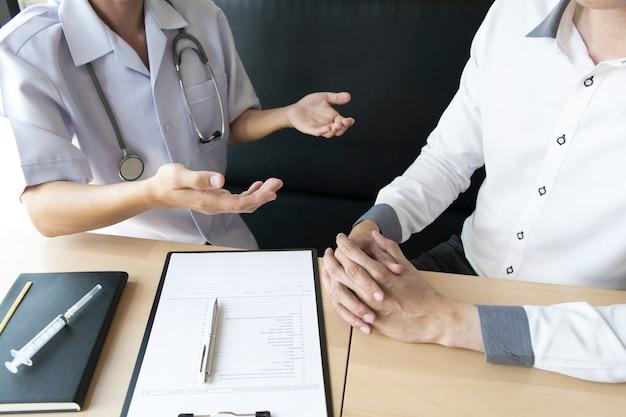 De arts legde uit hoe de zorg voor de gezondheid van patiënten met hoge bloeddruk te regelen.