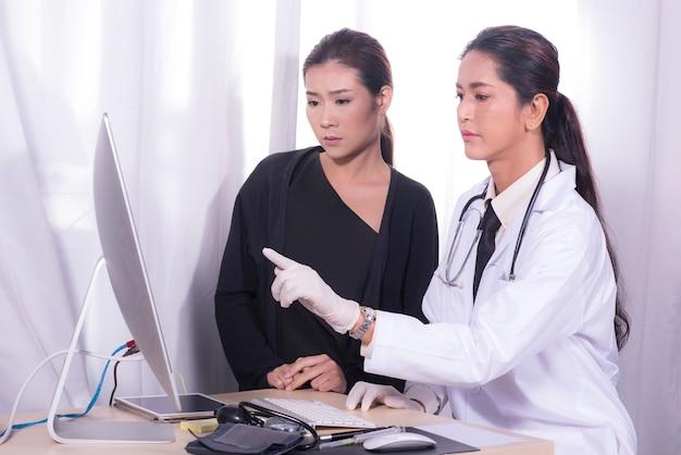 De arts legt de behandeling van de patiënt aan de patiënt uit