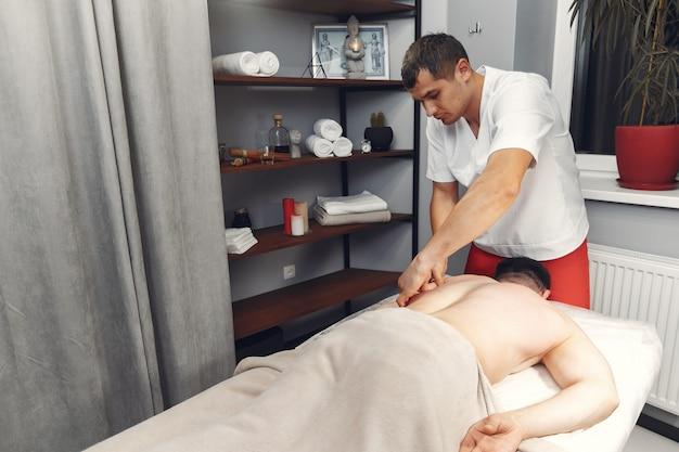 De arts masseert de man in het ziekenhuis