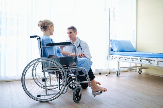 De arts moedigde de patiënt aan en sprak met hem, juichend en ondersteunend tijdens het medisch onderzoek. slecht nieuwsvermindering, geneeskunde en gezondheidszorgconcept.