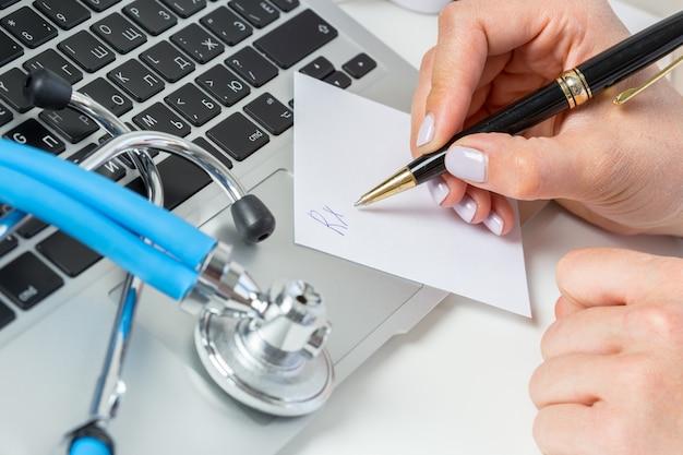 De arts schrijft een receptpil