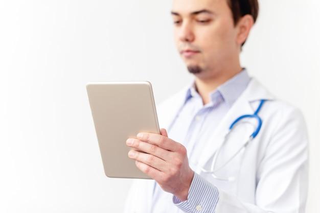 De arts werkt sprekend videogesprek met patiënt
