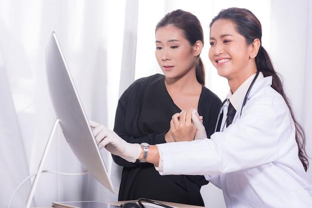 De artsen en de mensen tonen verrukking