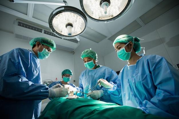 De artsen en verpleegkundigen brainstormen met behulp van een door een krachtbron ondersteunde operatie
