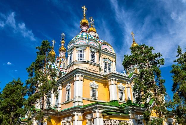 De ascension-kathedraal, een russisch-orthodoxe kathedraal in het panfilov-park van almaty, kazachstan