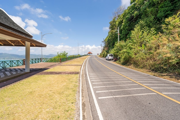 De asfaltweg rond het eiland phuket in de zomer mooie blauwe hemelachtergrond in phuket thailand.
