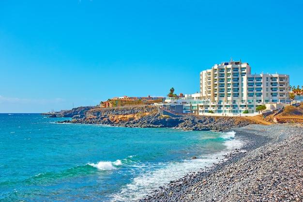 De atlantische oceaan en resorthotels aan de kust van tenerife, de canarische eilanden