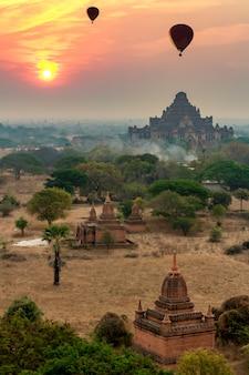 De atmosfeer bij zonsopgang op het pagodegebied van bagan, myanmar