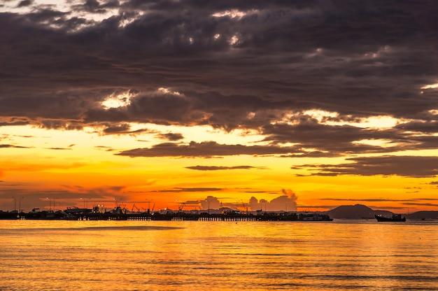 De atmosfeer tijdens zonsondergang van openbaar park van sriricha, provincie chonburi