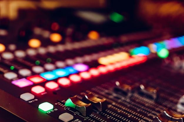 De audioapparatuur, bedieningspaneel van digitale studiomixer, zijaanzicht. close-up, geselecteerde focus