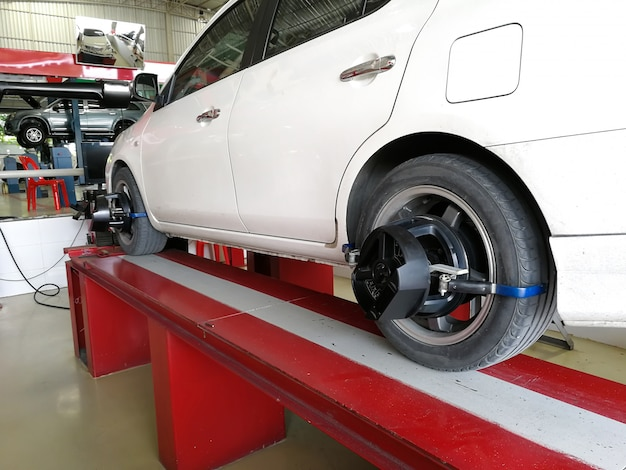 De auto controleert de wielsensoren op wieluitlijning