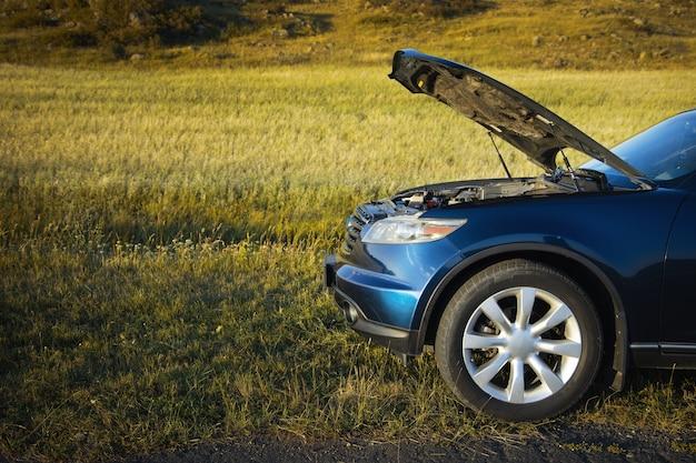 De auto is gebroken in het concept van de plattelandshulp