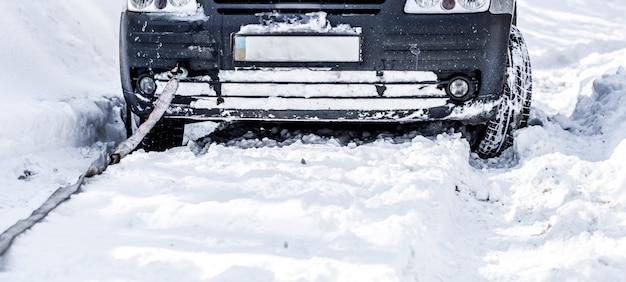 De auto liep vast in de sneeuw