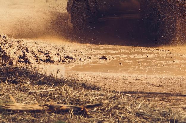 De auto met vierwielaandrijving draait op hoge snelheid