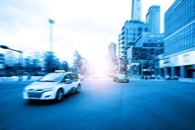 De auto rijdt hoog op de weg