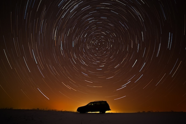 De auto van de toerist tegen de sterrenhemel.