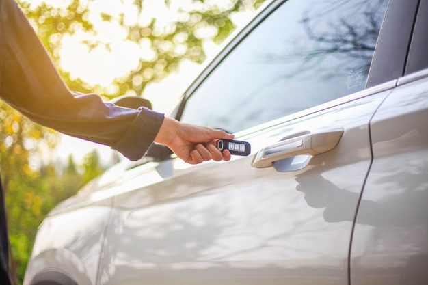 De auto verre sleutel van de mensenholding op witte auto b