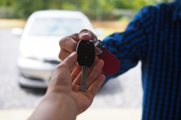 De autobezitter stuurt de autosleutels naar de huurder
