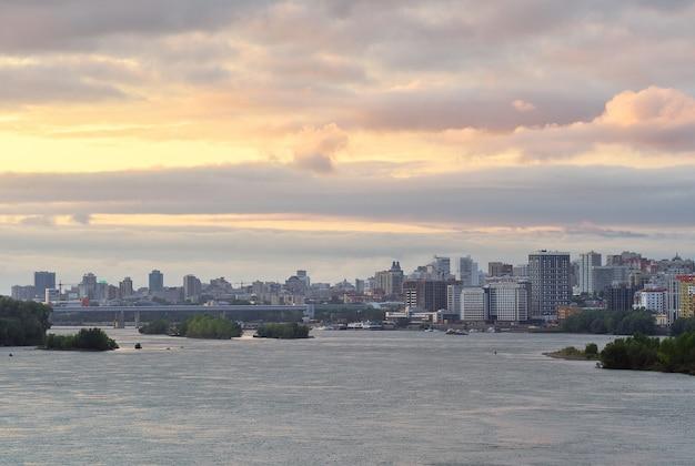 De avondzonsondergang boven de novosibirsk