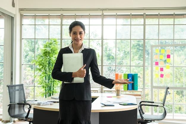 De aziatische jonge bedrijfsdame is klaar in vergaderzaal, bedrijfsconcept
