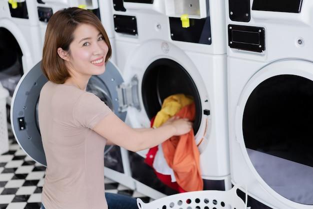 De aziatische kleren van de vrouwenwas bij de wasserijopslag