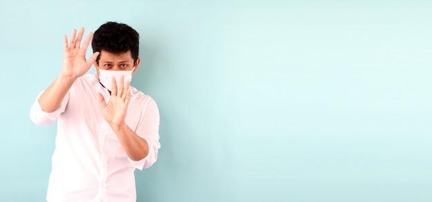 De aziatische mens die een masker draagt is doen schrikken geïsoleerde zieken