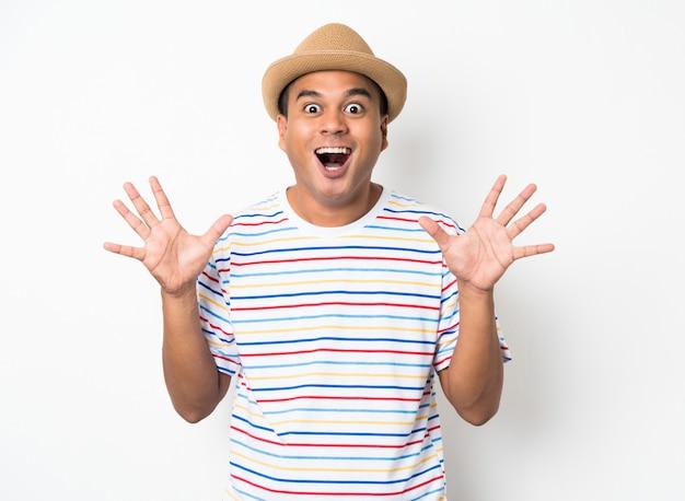 De aziatische mens voelt gelukkig viert op witte muur
