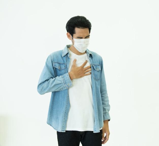 De aziatische mens voelt pijn op long en draagt beschermend masker om luchtvervuiling of overdraagbare besmettelijke ziekte te beschermen