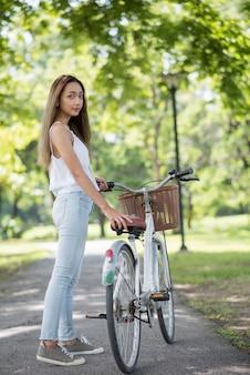 De aziatische mooie fiets van de vrouwengreep bij park