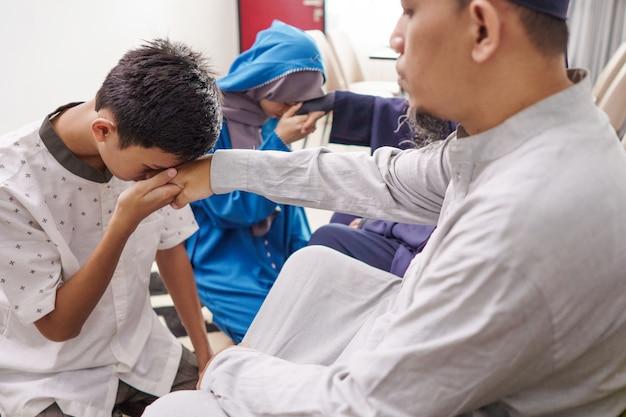 De aziatische moslimouder schudt hand in idul fitri eid mubarak