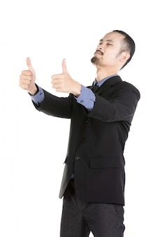 De aziatische opgewekte mens kleedde zich in formele slijtage die duim-omhoog geeft.