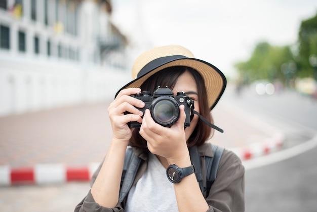 De aziatische reisvrouw geniet van met mooie plaats in bangkok