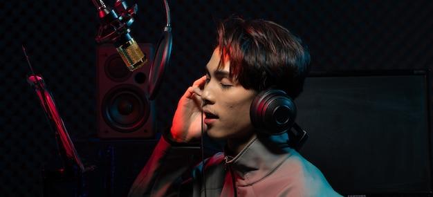 De aziatische tienermens zingt lied luid machtsgeluid
