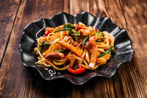 De aziatische wok van udonnoedels van keukengroenten