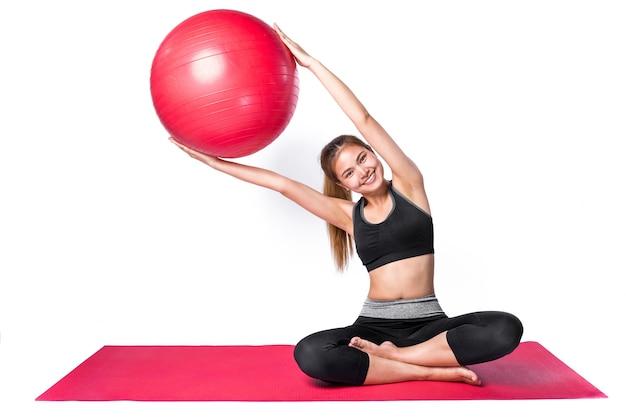 De aziatische yoga van het vrouwenspel op witte achtergrond in studio, energie kijkt en gezond