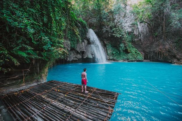 De azuurblauwe kawasan-waterval in cebu. de hoofdattractie op het eiland. concept over natuur en reislust