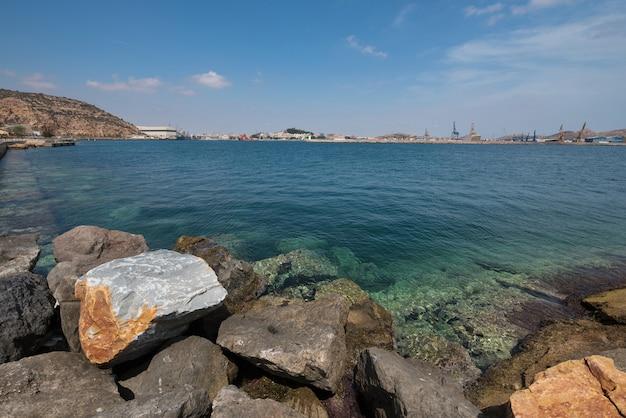 De baai van cartagena, de stad van cartagena is op de achtergrond, murcia, spanje.