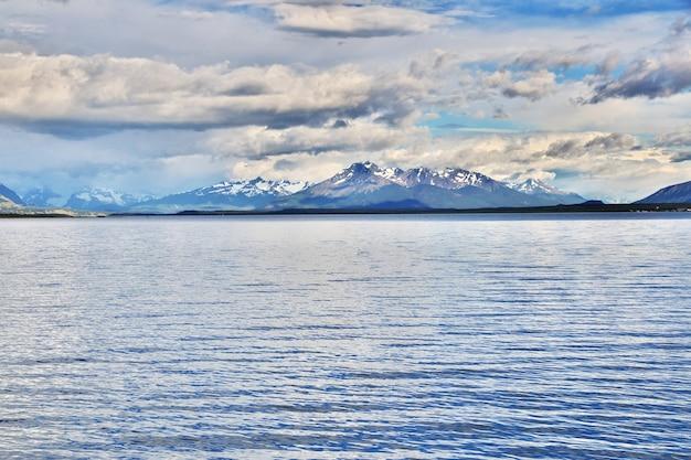 De baai van de stille oceaan in puerto natales, chili